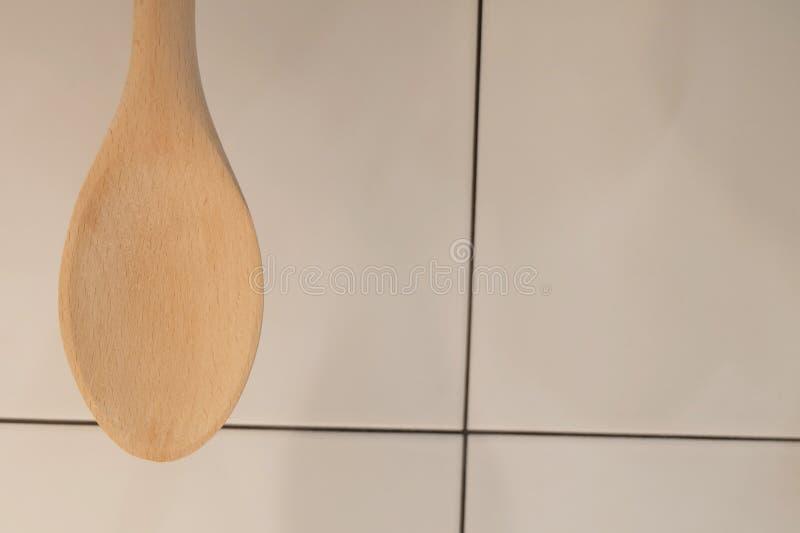 Spatola o siviera di legno che appende sulla parete fotografie stock