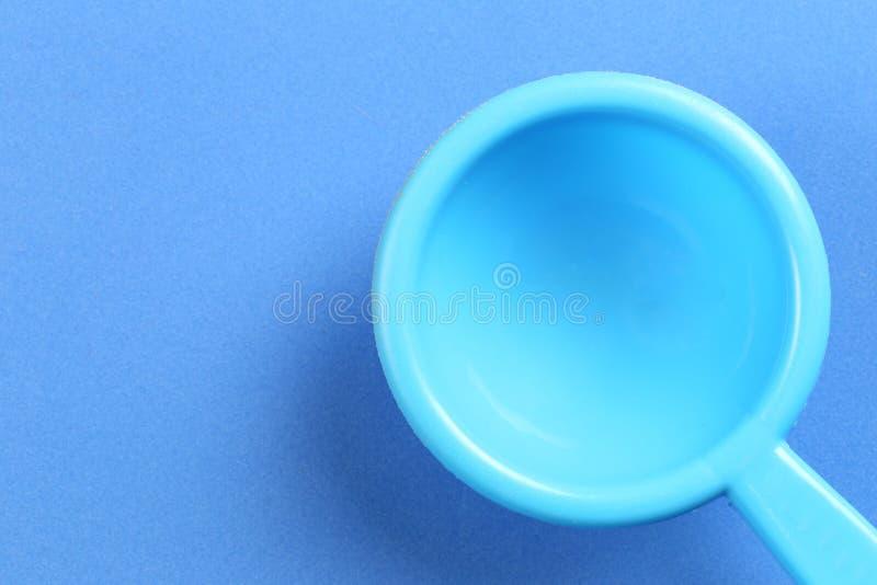 Spatula blu di plastica Kitchenware su fondo di carta fotografie stock libere da diritti