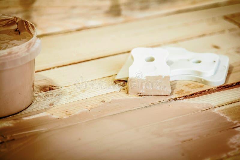 Spatula i kit do klejenia drewna, na tle płyt zdjęcia royalty free