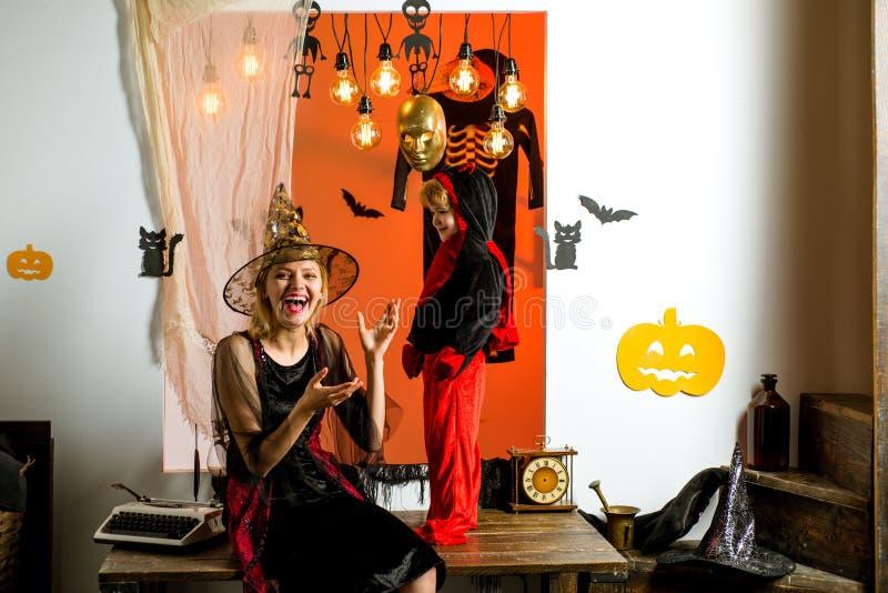 Spaventapasseri del figlio e della madre sul fondo di Halloween 31 ottobre Cappello magico Migliori idee per Halloween Piccolo fe fotografia stock