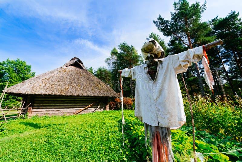 Spaventapasseri e capanna tradizionale immagine stock