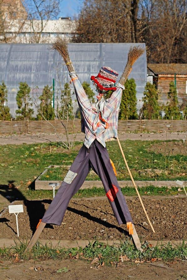 Spaventapasseri nel giardino di autunno immagine stock libera da diritti