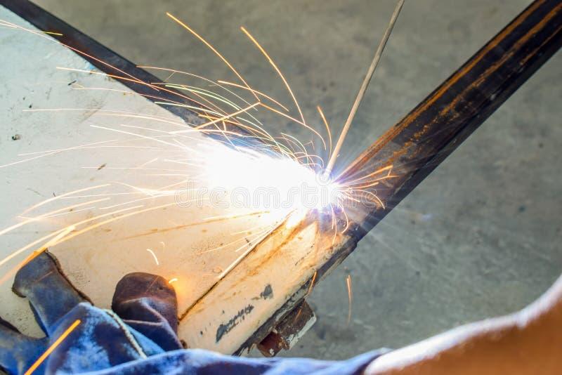 Spawacz przemysłowy w fabryce fotografia stock
