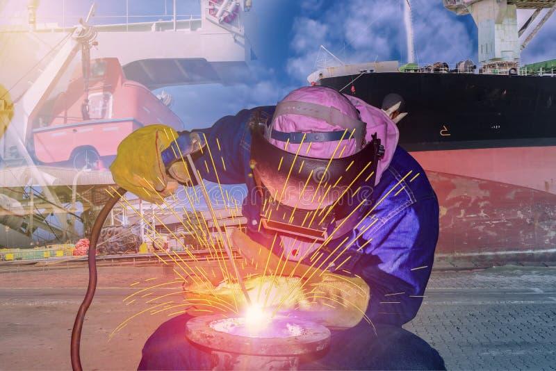 Spawacz Spawa stalową drymbę w stoczni zdjęcia royalty free