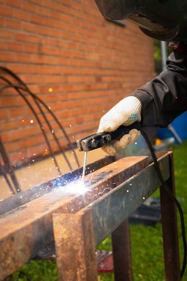 Spawacz spawki metalu Spawalnicza maszyna Plenerowa fotografia royalty free