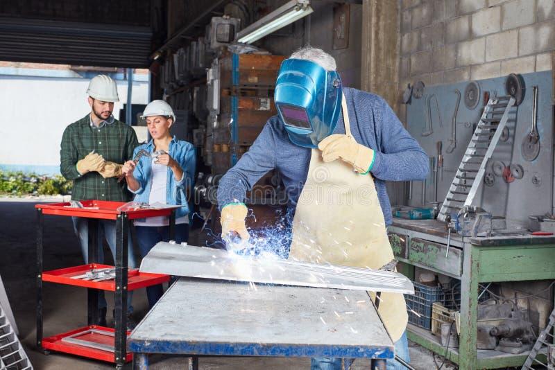 Spawacza metalworking proces w hutnictwo fabryce fotografia stock