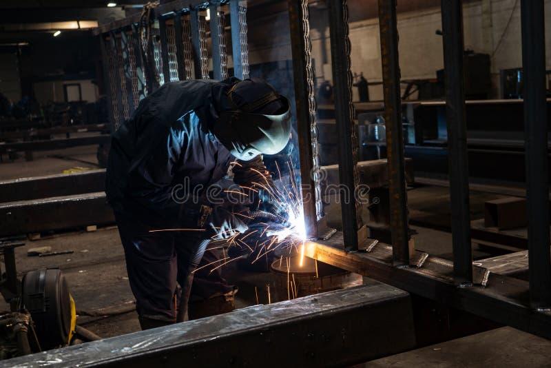 Spawający z iskrami procesem upłynniającym rdzeniował łuku spaw, Przemysłowa stalowa spawacz część w fabrycznym spawaczu Przemysł zdjęcia stock