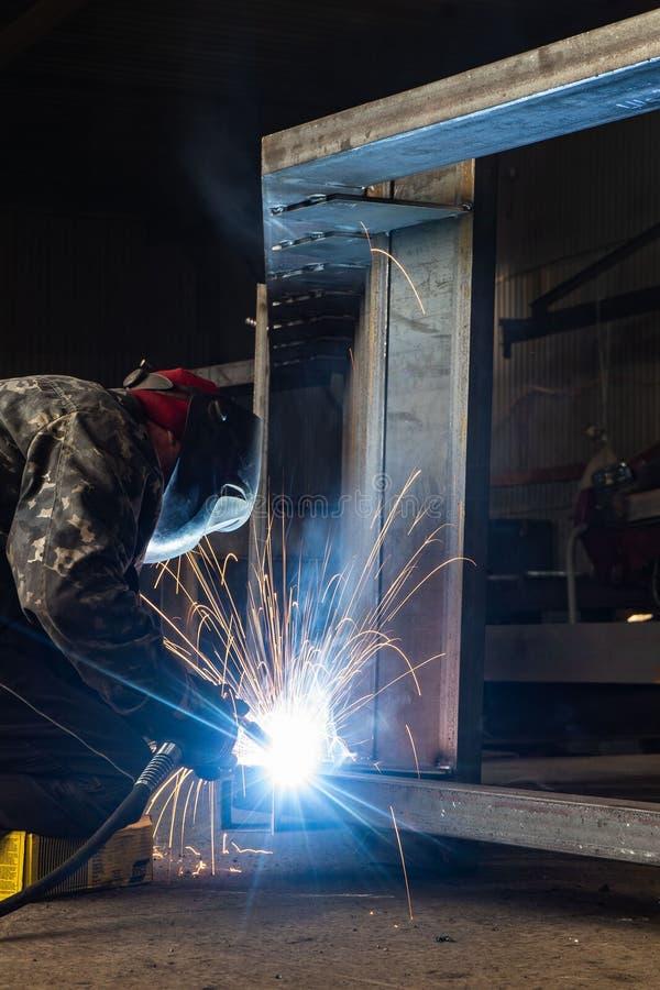 Spawający z iskrami procesem upłynniającym rdzeniował łuku spaw, Przemysłowa stalowa spawacz część w fabrycznym spawaczu Przemysł fotografia royalty free