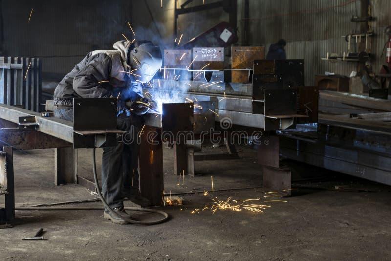 Spawający z iskrami procesem upłynniającym rdzeniował łuku spaw, Przemysłowa stalowa spawacz część w fabrycznym spawaczu Przemysł obrazy royalty free