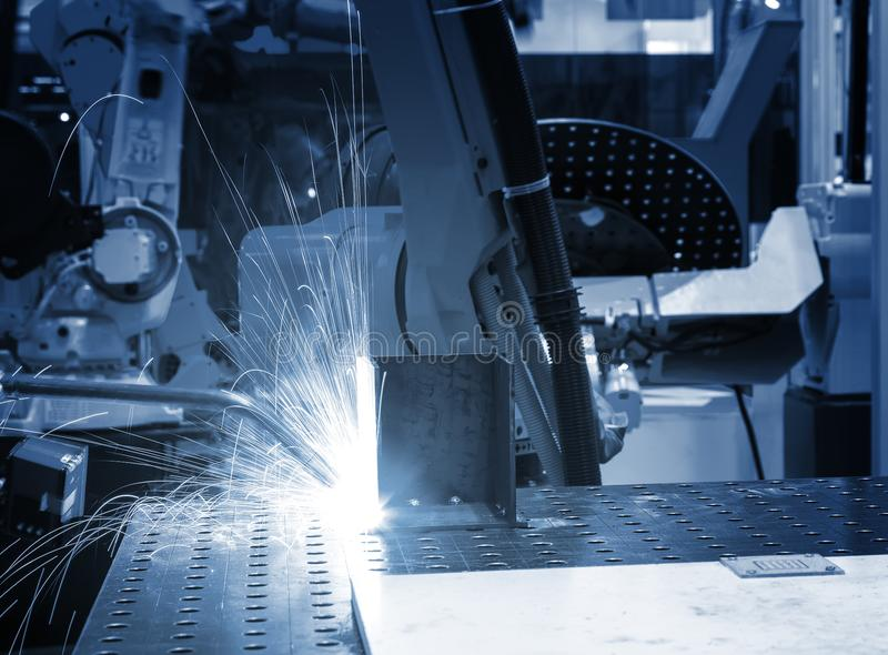 Spawalniczego robota manipulant na linii produkcyjnej zakończeniu w górę błękitnego tonowania - obraz stock