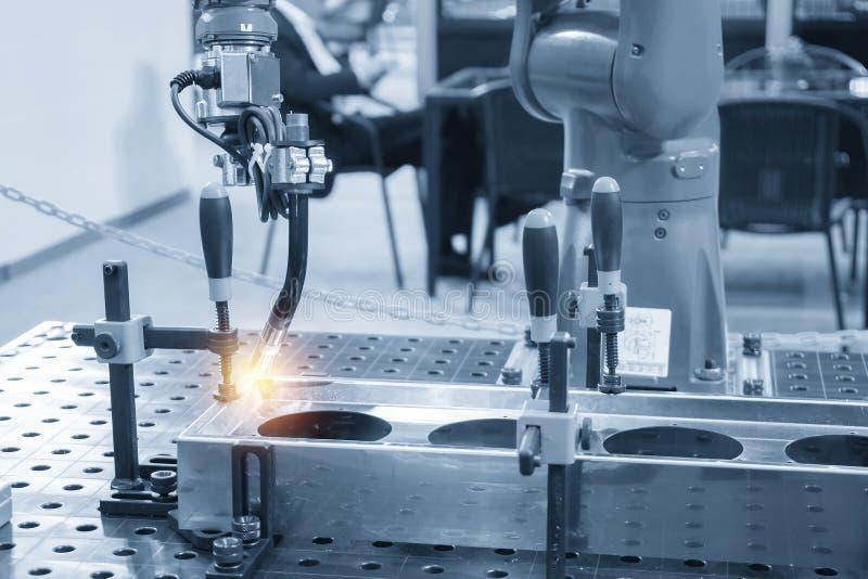 Spawalniczego robota maszyna dla spawać automobilową część zdjęcie royalty free
