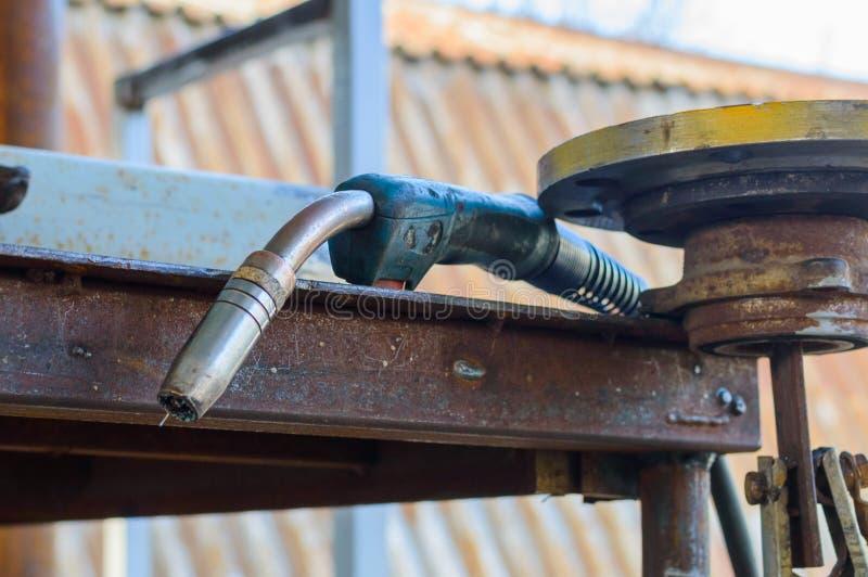 Spawalniczej pochodni wyposażenie na metal spawki stole Spawać w dwutlenku węgla środowisku zdjęcie royalty free