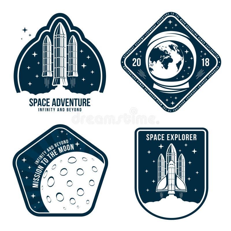 Spazi i distintivi con il casco dell'astronauta, il lancio del razzo e la luna Insieme dell'etichetta d'annata dell'astronauta royalty illustrazione gratis