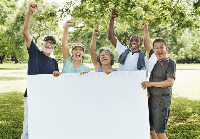 Spazio adulto senior C della copia del cartello dell'insegna di unità di amicizia fotografie stock libere da diritti