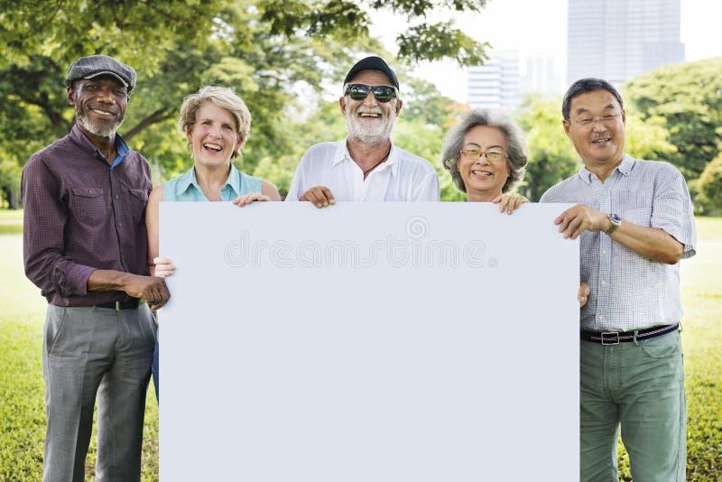 Spazio adulto senior C della copia del cartello dell'insegna di unità di amicizia fotografia stock