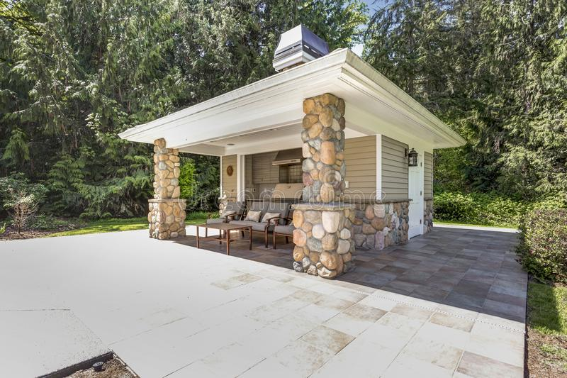 Spazio all'aperto elegante della cucina con le colonne di pietra fotografia stock