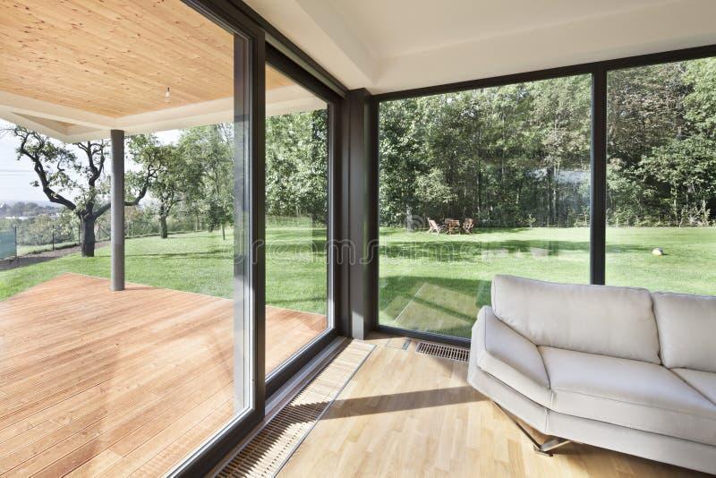 Spazio aperto al nuovo interno della casa della famiglia fotografie stock libere da diritti
