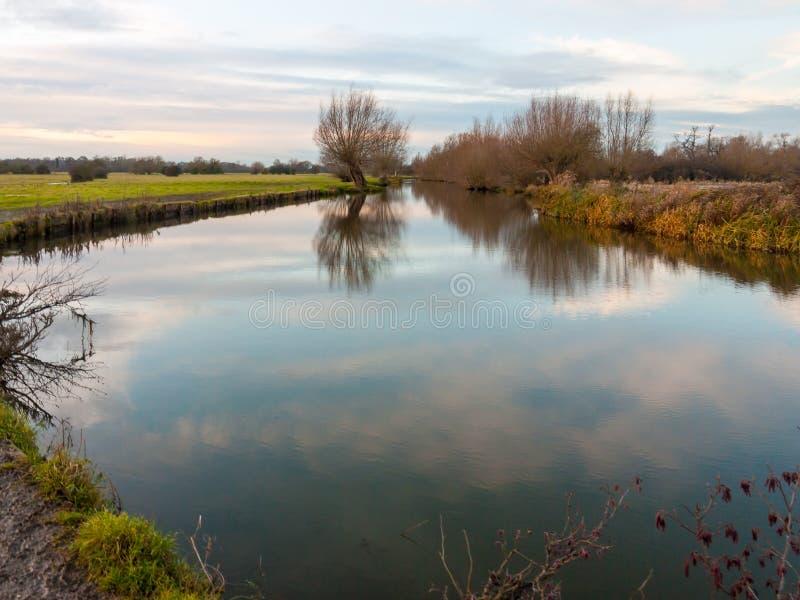 Spazio aperto calmo della superficie del lago del fiume di autunno nessuna terra del paese della gente fotografia stock