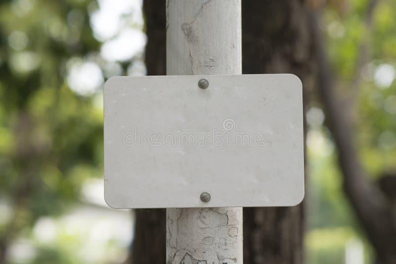 Spazio in bianco del segno del metallo bianco fotografia stock