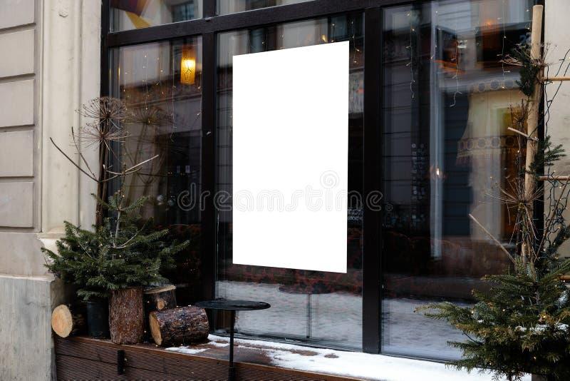 Spazio in bianco dell'annuncio su una finestra di un ristorante dalla via fuori fotografia stock