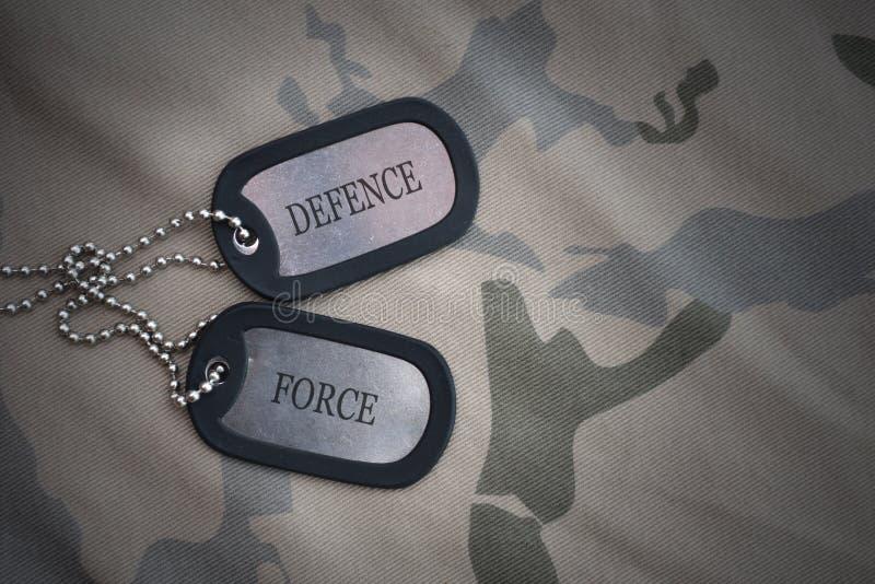 Spazio in bianco dell'esercito, medaglietta per cani con la forza di difesa del testo sui precedenti cachi di struttura fotografia stock