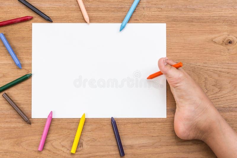 Spazio in bianco di Libro Bianco e piede destro dei disabili con la penna fotografie stock libere da diritti