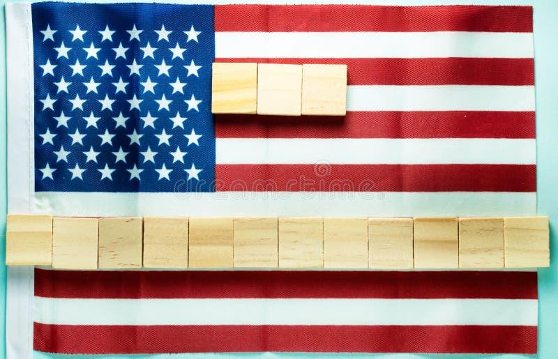spazio in bianco per l'iscrizione su quindici cubi di legno presentata sulla bandiera americana fotografie stock libere da diritti