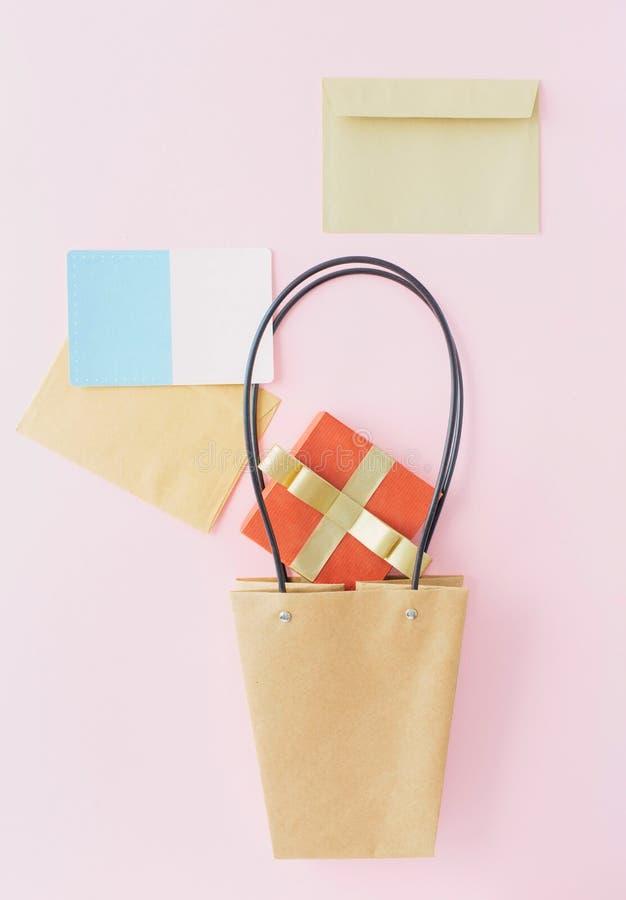 Spazio in bianco rosso creativo c accogliente della busta del contenitore di regalo del sacco di carta della disposizione fotografia stock