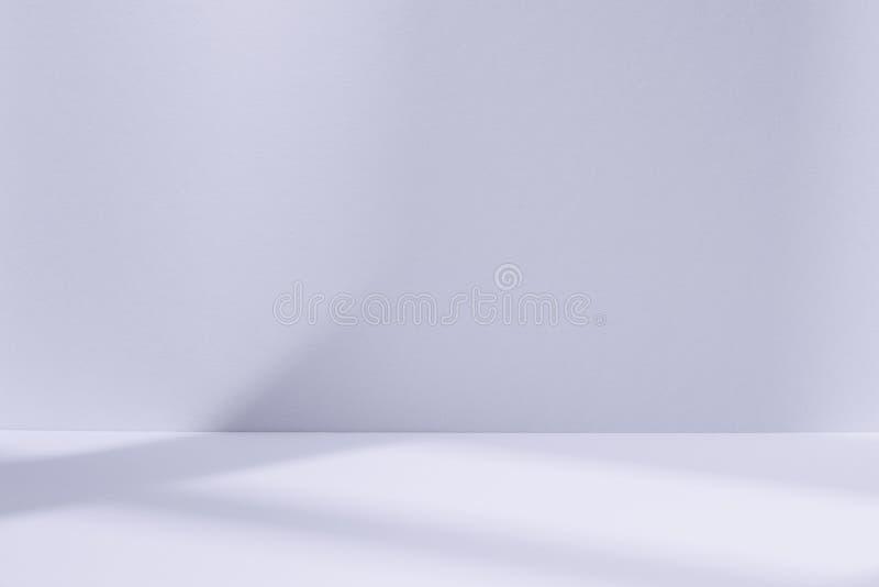Spazio blu-chiaro dello studio con l'ombra della finestra fotografia stock