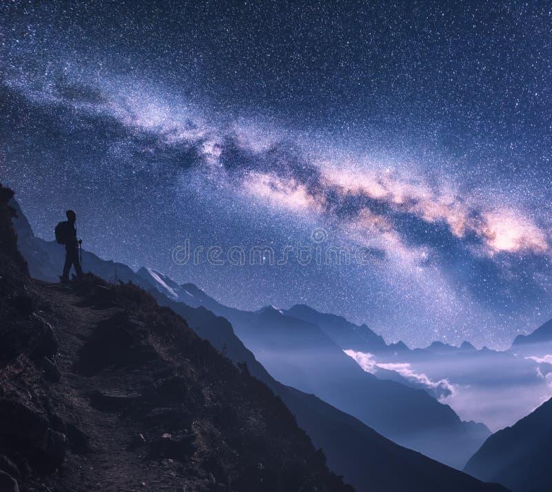 Spazio con la Via Lattea, la ragazza e le montagne alla notte immagini stock libere da diritti