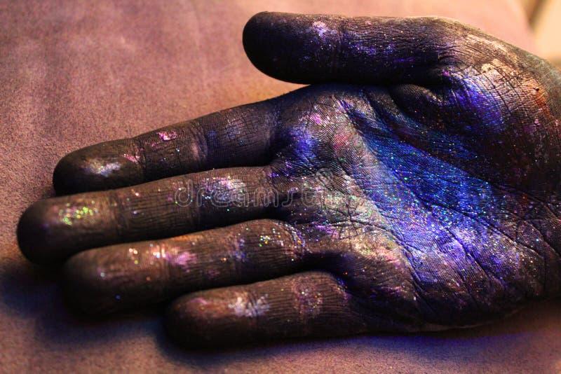 Spazio cosmico in nostre mani immagini stock