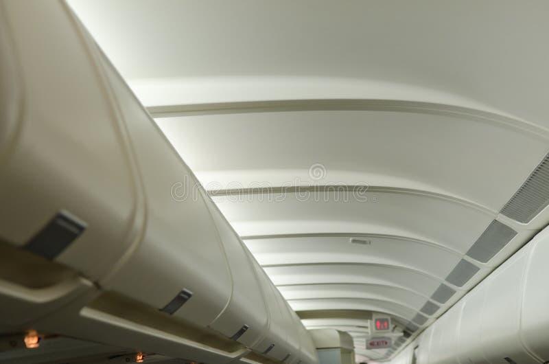 Spazio dei bagagli dell'aeroplano fotografie stock libere da diritti
