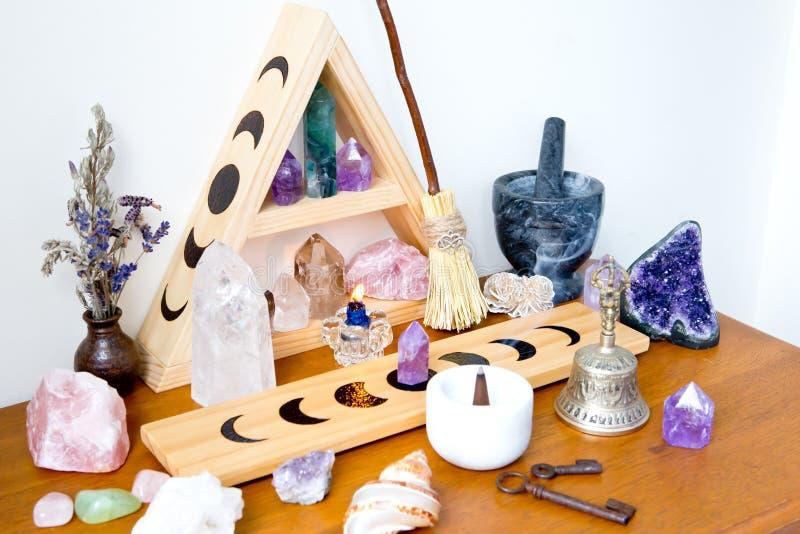 Spazio dell'altare - strega, Wicca, nuova età, pagana con progettazione di fase della luna fotografia stock libera da diritti