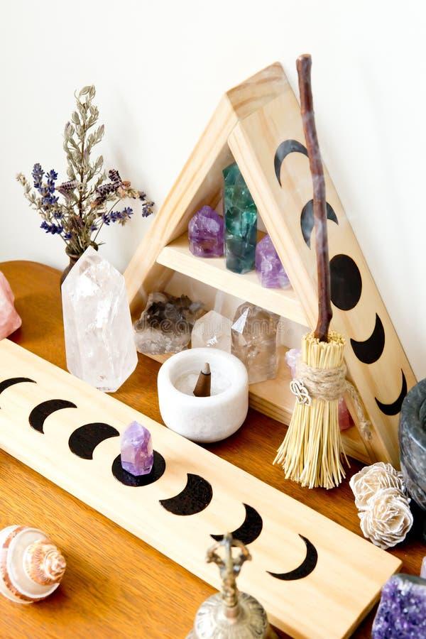 Spazio dell'altare - strega, Wicca, nuova età, pagana con progettazione di fase della luna immagini stock libere da diritti