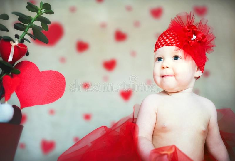 Spazio della copia di concetto di San Valentino Piccolo bambino con i baci da rossetto Una ragazza con un biglietto di S. Valenti fotografia stock