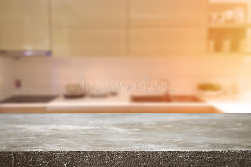 Spazio di legno dello scrittorio e vago del fondo della cucina per il prodotto d immagine stock libera da diritti