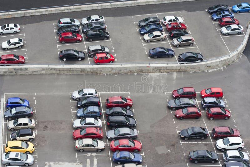 Spazio di parcheggio dell'automobile da birdseye fotografia stock libera da diritti