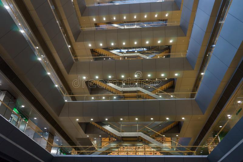 Spazio interno della biblioteca nazionale lettone anche conosciuta come il castello di luce, Riga, Lettonia, il 25 luglio 2018 fotografie stock libere da diritti