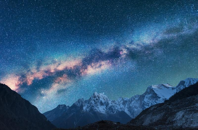 spazio Landscapw di notte con la Via Lattea e le montagne fotografie stock