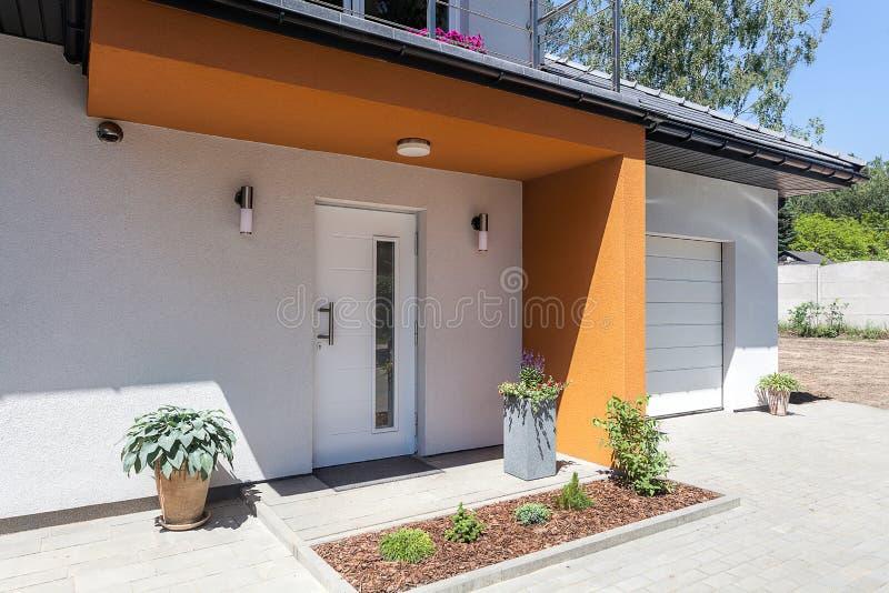 Spazio luminoso - porta e garage immagine stock libera da diritti