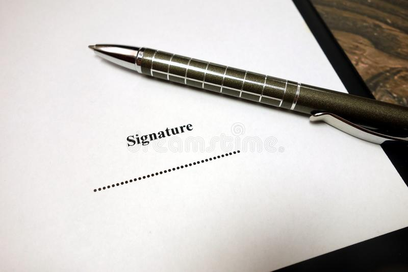 Spazio per la firma sul documento con la penna fotografie stock libere da diritti