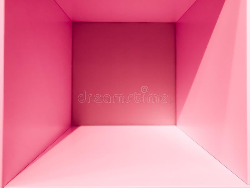 Spazio rosa della stanza di pendenza, interni vuoti per progettazione e la decorazione - fondo astratto scatola quadrata con spaz fotografie stock