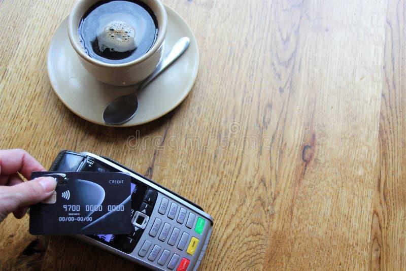 Spazio senza contatto della copia del fondo del pdq della carta di pagamento con la carta di credito della tenuta della mano da p fotografia stock