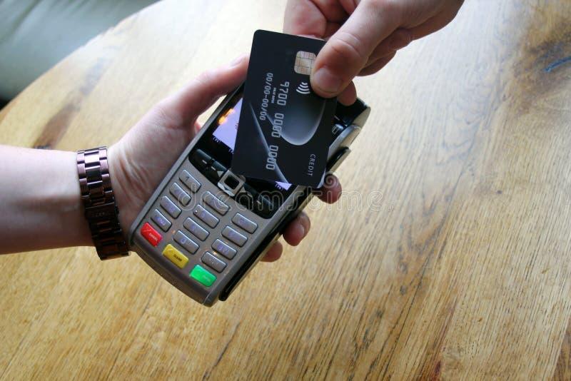 spazio senza contatto della copia del fondo del pdq della carta di pagamento con la HOL della mano fotografie stock libere da diritti