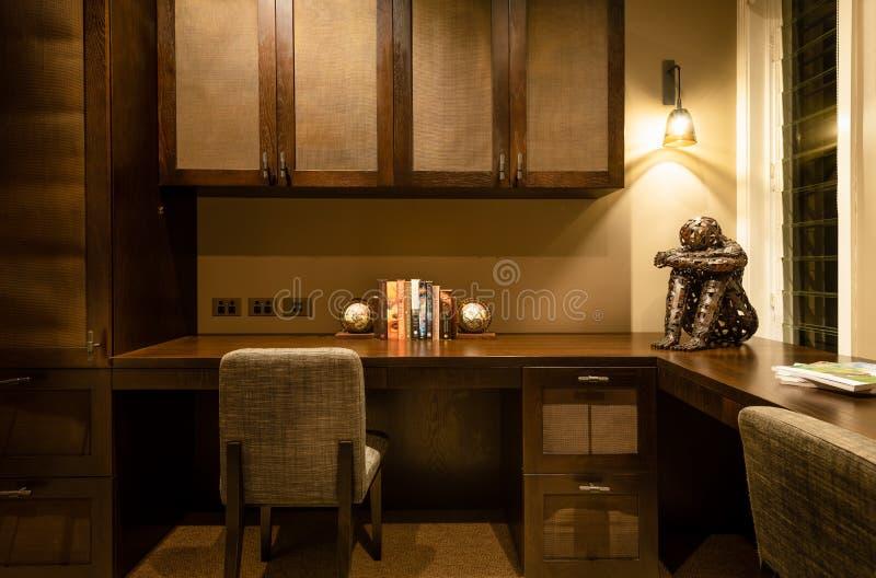Spazio ufficio o studio domestico con gli scrittori, le sedie, i gabinetti delle luci e l'arredamento fotografie stock