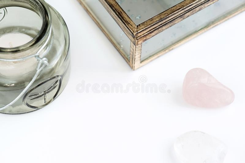 Spazio vuoto con del il candeliere colorato d'oliva, il vetro con il cofanetto dell'oro, il quarzo rosa ed il quarzo pulito su fo immagine stock libera da diritti
