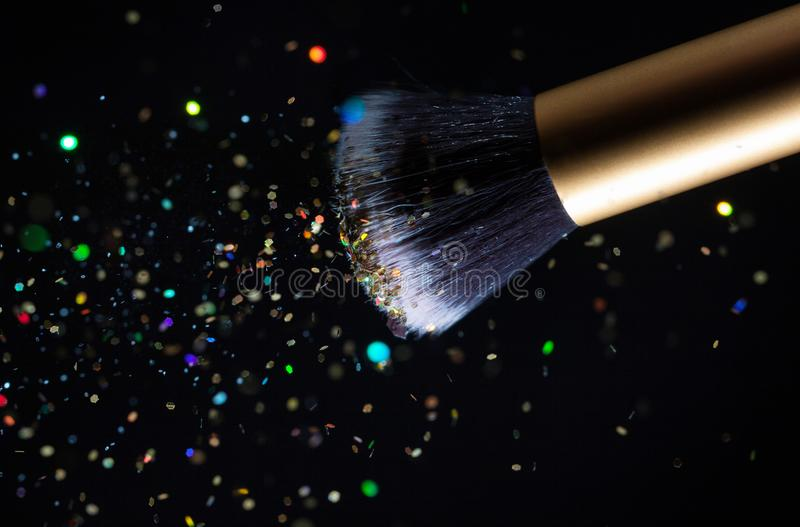 Spazzola di trucco dei cosmetici e fondo di esplosione di polvere della polvere fotografie stock libere da diritti