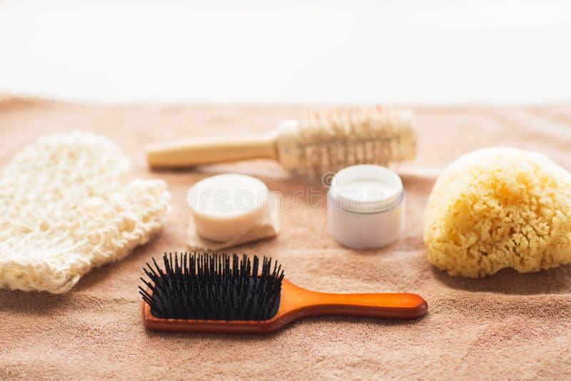Spazzola per capelli, crema, spugna, barra del sapone ed asciugamano di bagno fotografia stock