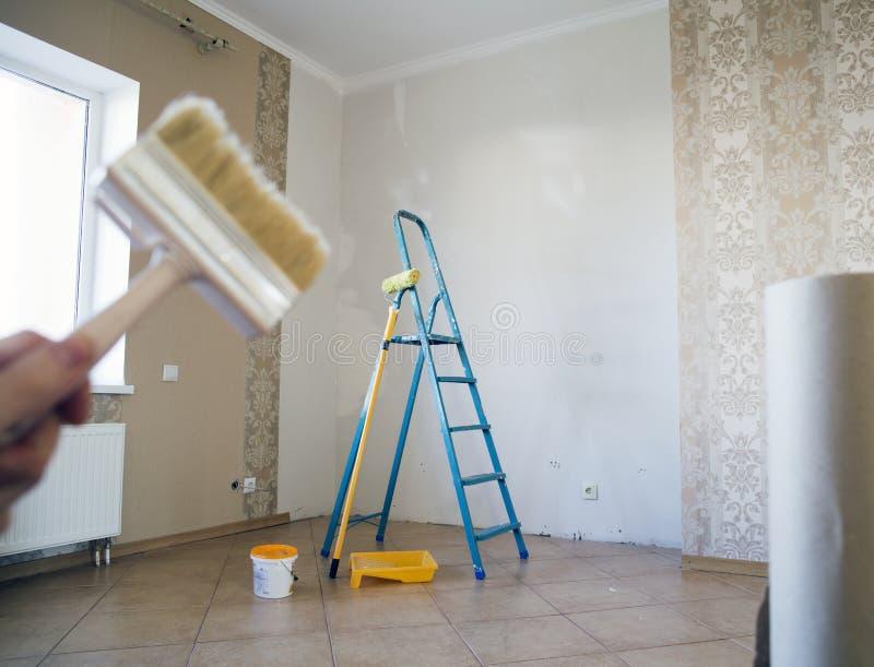 Spazzola per rinnovamento in appartamento fotografie stock libere da diritti