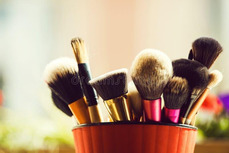 Spazzola professionale per trucco alla moda o cosmetico in tazza rosa fotografie stock